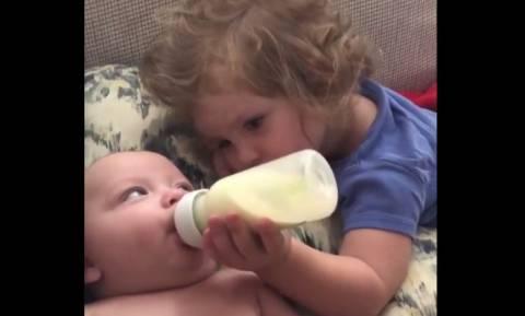 Μικρό κορίτσι ταΐζει τον ακόμη μικρότερο αδερφό της (vid)