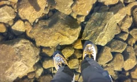 Η απίστευτη αίσθηση του να περπατάς πάνω στον καθαρότερο πάγο του πλανήτη (Vid)