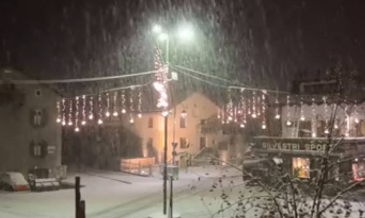 Καιρός: Απίθανες εικόνες από νυχτερινή πυκνή χιονόπτωση στις ιταλικές Αλπεις... (Video)