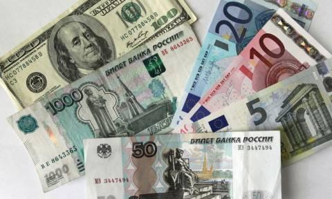 Рубль стал самой рискованной валютой после захвата украинских кораблей