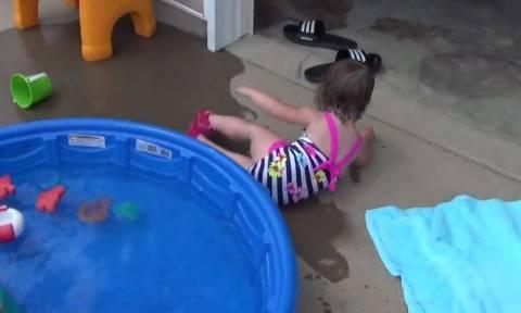 Απίστευτες στιγμές μικρών… κολυμβητών (vid)