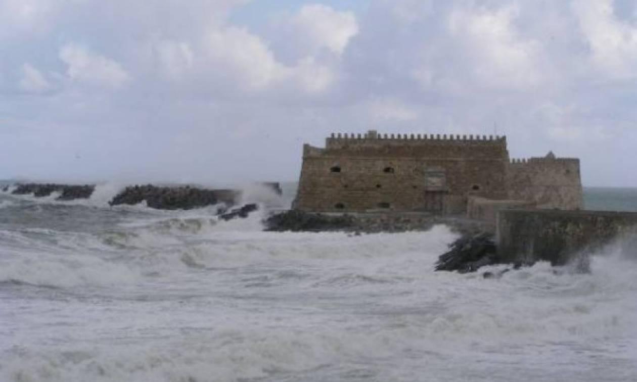 Καιρός: Σε ποτάμια μετατράπηκαν οι δρόμοι στην Κρήτη - Στο «πόδι» η Πυροσβεστική