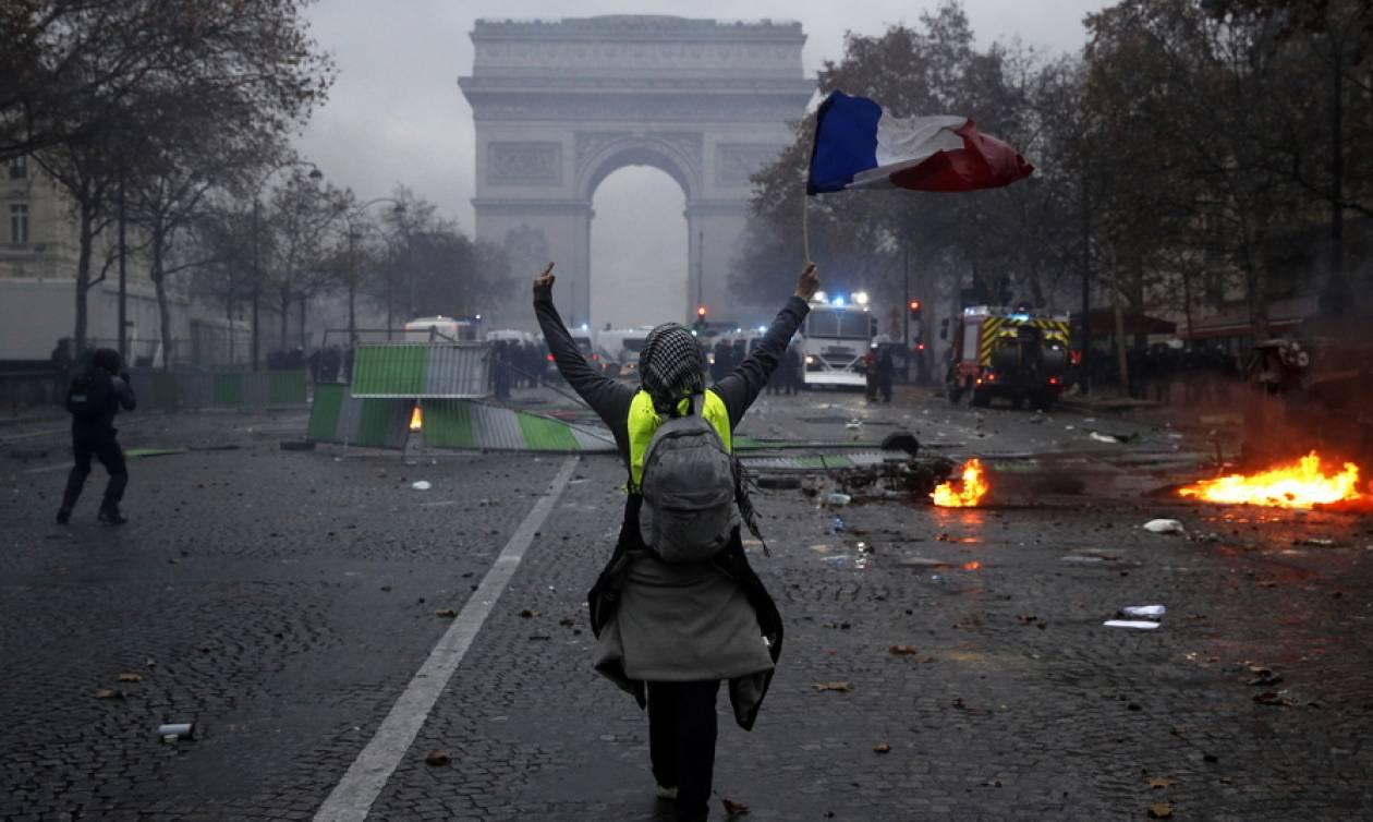 Κρίση στη Γαλλία: Έκτακτη σύσκεψη συγκαλεί ο Μακρόν μετά τα βίαια επεισόδια στο Παρίσι (pics&vids)