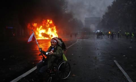 «Κίτρινα γιλέκα»: Ο Μακρόν αναζητά λύση στο χάος - «Ματωμένη» πόλη το Παρίσι (pics&vids)