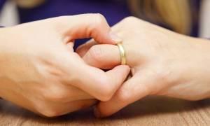 Πρησμένα δάχτυλα χεριών: 10 πιθανές αιτίες & πότε να ανησυχήσετε (pics)