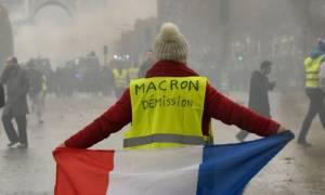 Γαλλία: Τα «Κίτρινα Γιλέκα» βυθίζουν την δημοτικότητα του Μακρόν