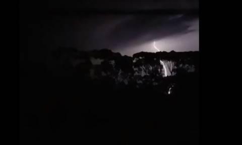 Η νύχτα έγινε μέρα από τους εντυπωσιακούς κεραυνούς στην Αυστραλία! (vids)