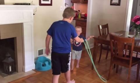 Τα παιδιά λατρεύουν το σχοινάκι! (vid)