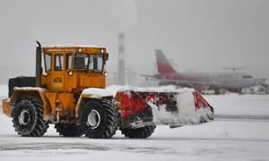 Снегопад привел к массовой отмене и задержке рейсов в Москве