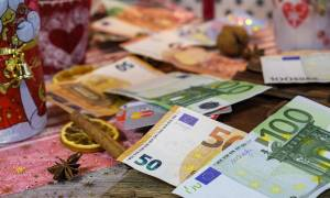 «Βρέχει» λεφτά τα Χριστούγεννα: Ποιοι, πότε και πόσα θα πάρουν