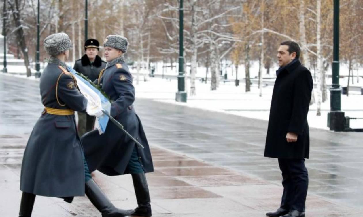 Στην παγωμένη Ρωσία ο Τσίπρας: Το μπλε φουλάρι και οι συναντήσεις με Μεντβέντεφ και Πούτιν