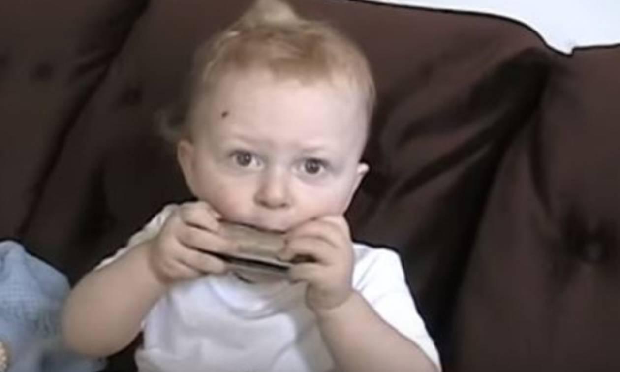 Είναι μόλις 20 μηνών και παίζει τη φυσαρμόνικα στα …δάχτυλα!