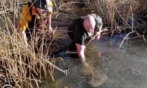 Αρχισαν να σπάνε τον πάγο στη λίμνη και να ψάχνουν! Αυτό που έβγαλαν θα σας σοκάρει (Video)