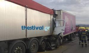 Σφοδρή σύγκρουση φορτηγών στα διόδια Ωραιοκάστρου: Ένας νεκρός (pics)