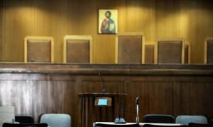 Πετρούπολη: Ισόβια στον πατέρα που μαχαίρωσε, στραγγάλισε και έκαψε την κόρη του