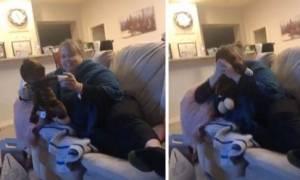 Εκανε δώρο στη μητέρα της ένα μαϊμουδάκι. Μόλις το αγκάλιασε ξέσπασε σε λυγμούς (video)