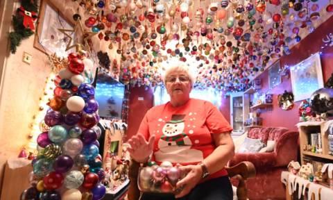 Μας κούφανε! Στόλισε το ταβάνι του σαλονιού της με 2.000 χριστουγεννιάτικες μπάλες (vid)