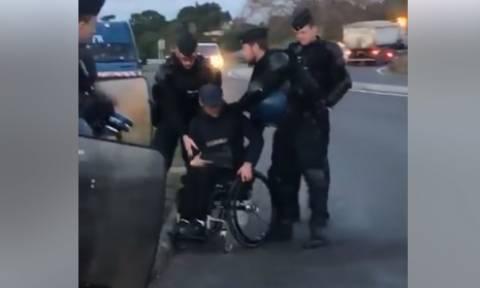Γαλλία: Απαράδεκτος αστυνομικός ρίχνει ανάπηρο διαδηλωτή από το καροτσάκι του (vid)