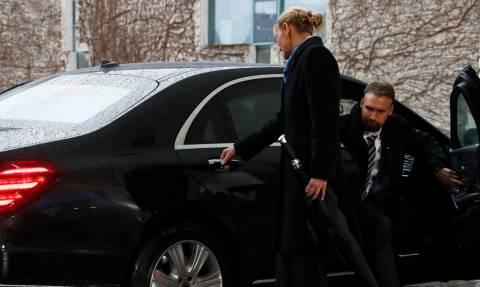 Ποιο Brexit; Η Τερέζα Μέι δεν μπορεί να βγει ούτε από το αμάξι - Δείτε το viral βίντεο