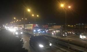 Χάος στην Εθνική Οδό μετά από σύγκρουση νταλίκας με δύο αυτοκίνητα
