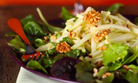 Συνταγή για την πιο νόστιμη χριστουγεννιάτικη σαλάτα (vid)