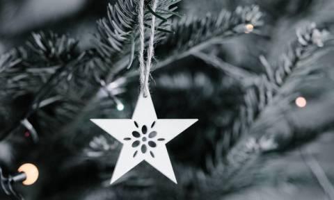 Minimal χριστουγεννιάτικη διακόσμηση χωρίς χρώματα και χωρίς γιρλάντες
