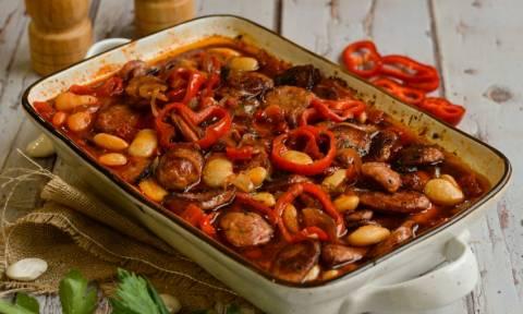 Γίγαντες κοκκινιστοί με λουκάνικα στο φούρνο