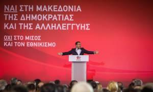 Ένταση στην ομιλία του Αλέξη Τσίπρα: Τραγούδησε «Μακεδονία ξακουστή» και τον έβγαλαν σηκωτό (vid)