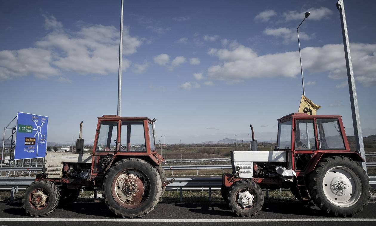 «Ζεσταίνουν» τα τρακτέρ οι αγρότες: Δείτε πότε και σε ποιες περιοχές θα στηθούν μπλόκα