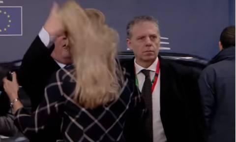 Viral: Ο Γιούνκερ την «ξεμάλλιασε» και μετά τη φίλησε (vid)
