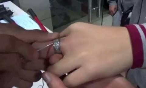 Σφήνωσε δαχτυλίδι στο δάχτυλό του και... φώναξε την Πυροσβεστική (vid)