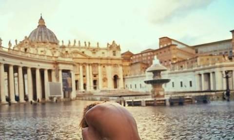 Σάλος με το μοντέλο που φωτογραφήθηκε γυμνό στο Βατικανό κουβαλώντας ένα σταυρό (pics)