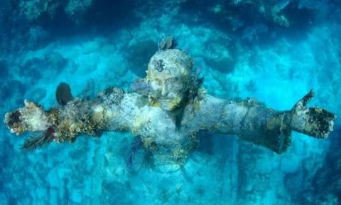 Το άγαλμα του Ιησού στο βυθό της θάλασσας