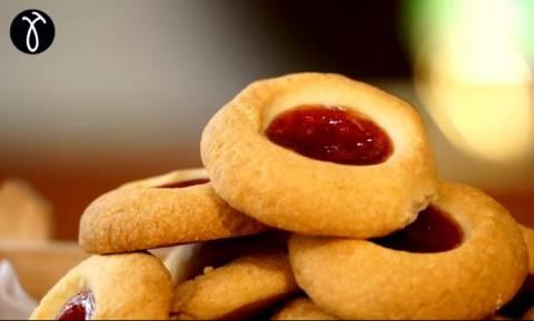 Η συνταγή της ημέρας: Χριστουγεννιάτικα μπισκότα με μαρμελάδα από κράνα