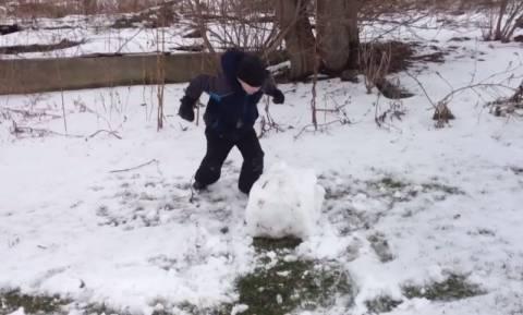 Πώς αντιδρά ένα παιδί σε μία γιγάντια χιονόμπαλα; (vid)